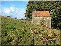 SE6998 : Footpath alongside a small farm building by Christine Johnstone