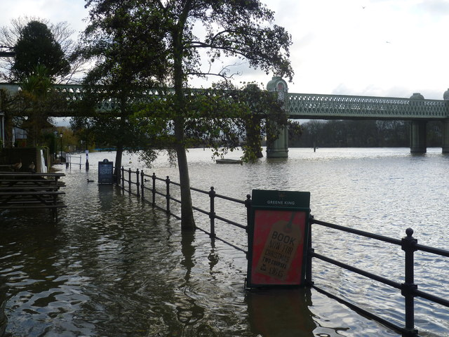 Flooding in front of the City Barge at Strand-on-the-Green