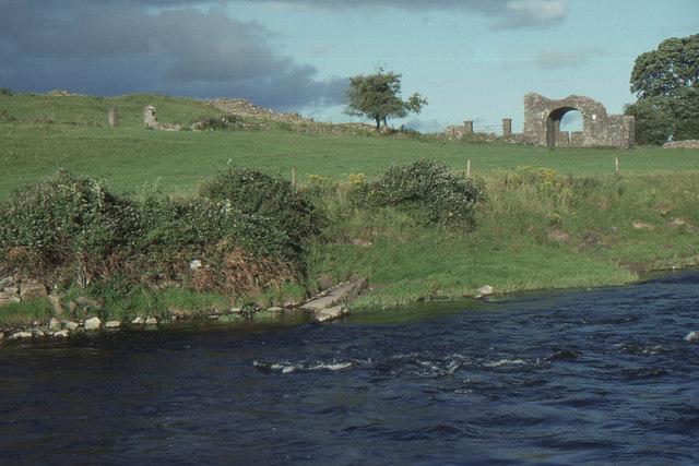 Trim, county Meath: River Boyne and ruined gateway