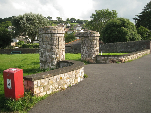 Entrance pillars and dog bin, St George's Field