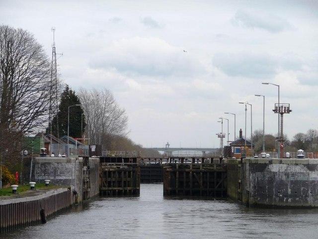 Gates closing, Latchford Locks