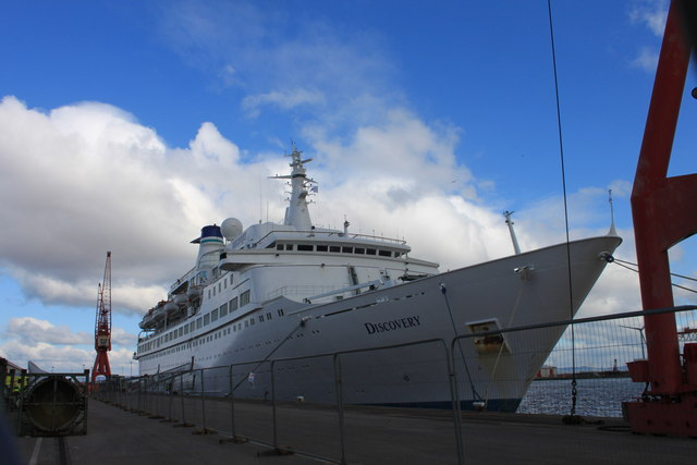 MS Discovery disembarking passengers at the Bristol cruise terminal