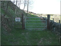 SE0120 : 'Keep Out' sign on public footpath by Humphrey Bolton