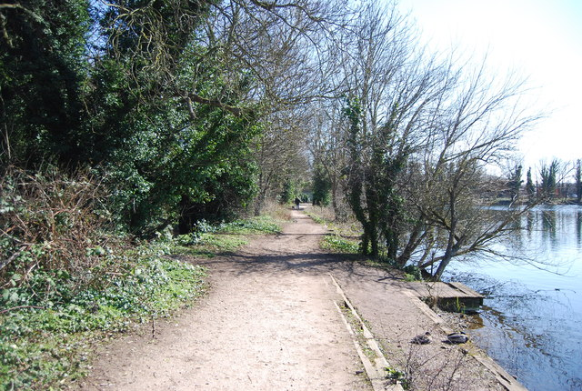 Darent Valley Path by Brooklands Lake