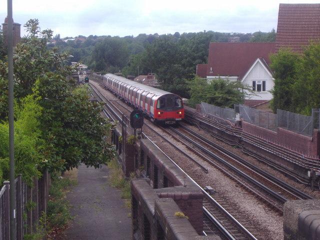 Train approaching the bridge on Woodstock Road (2)