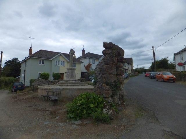 War memorial and public well, Bere Ferrers