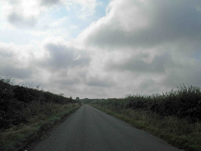 Lincolnshire Wolds country lane near Hendale Wood