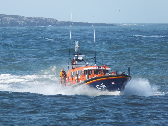 """RNLI lifeboat """"Grace Darling"""" nearing Seahouses"""