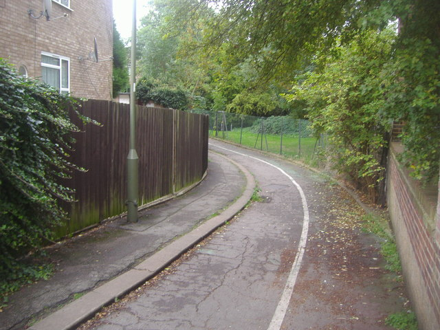 Path between Brook Avenue and Farm Road
