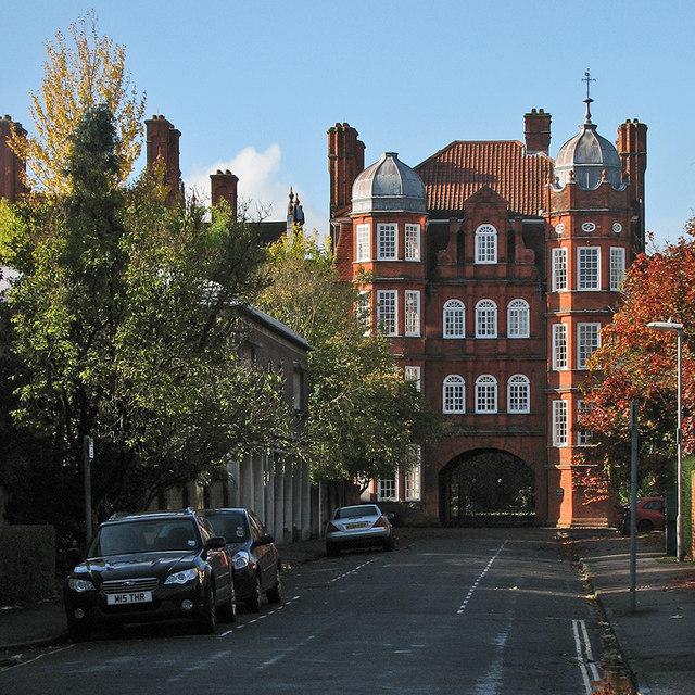 Newnham College: the Pfeiffer Arch