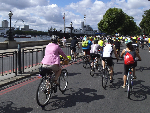 Mass cycling on Victoria Embankment © Stephen Craven cc-by-sa/2.0 ::  Geograph Britain and Ireland