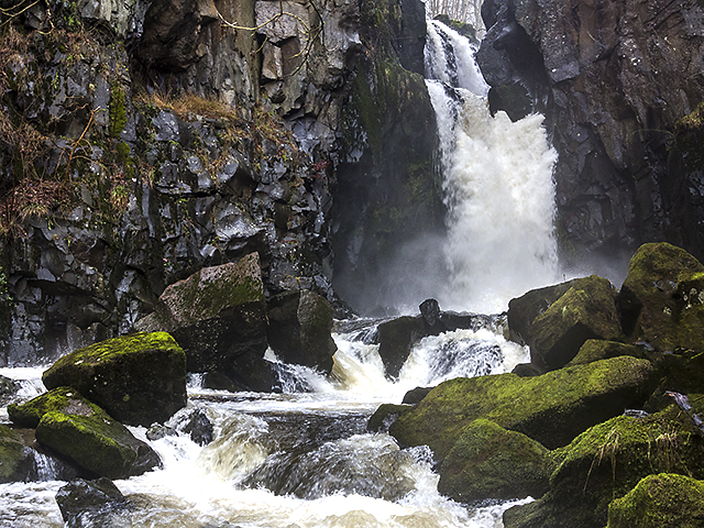 Cauldron Linn and the River Devon © William Starkey cc-by-sa/2 0