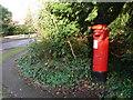 TQ1663 : Claygate: postbox № KT10 189, Ruxley Ridge by Chris Downer