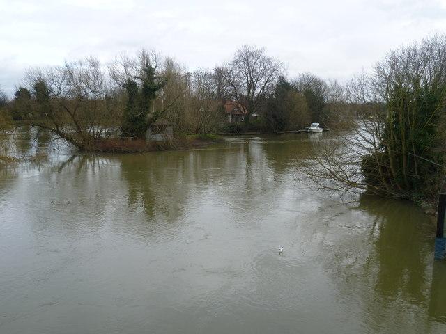 An island next to Thames Ditton Island