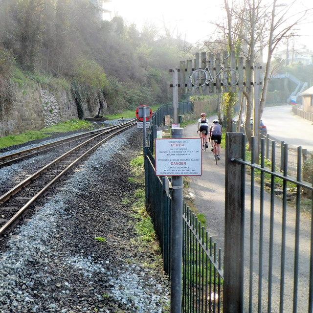 Cycle route alongside railway in Caernarfon