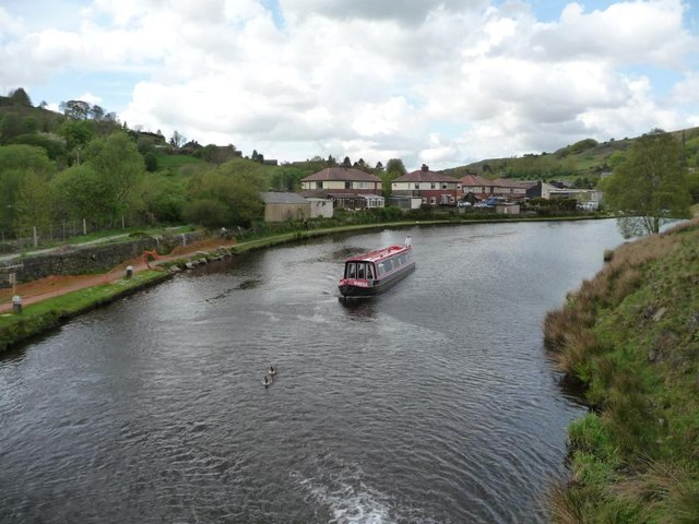 Narrowboat approaching Winterbutlee Lock [No 30]