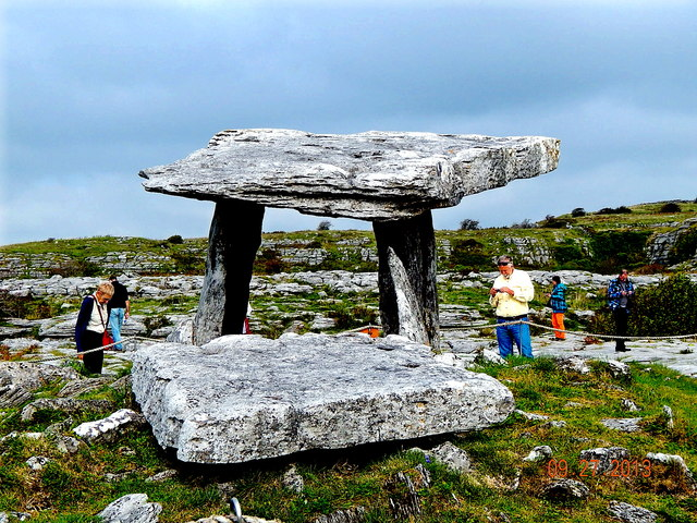 County Clare - Poulnabrone Dolmen (3500 BC) - View to Northeast