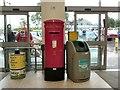 SJ9595 : EIIR Postbox SK14 1490 by Gerald England