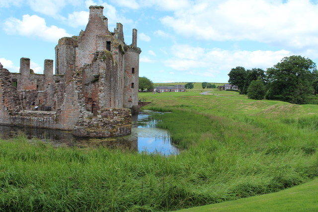 Caerlaverock Castle & Moat © Billy McCrorie cc-by-sa/2.0 :: Geograph Britain and Ireland