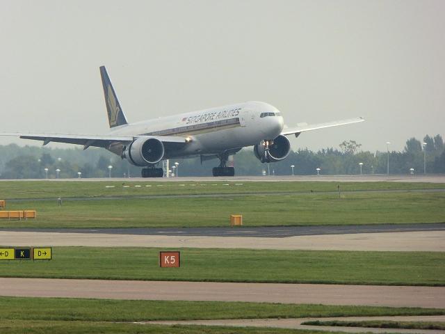 Boeing 777 Landing at Manchester