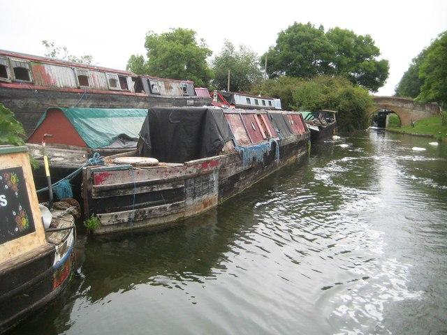 Grand Union Canal: Aylesbury Arm: Bates Boatyard at Puttenham