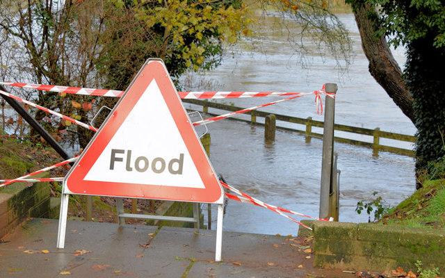 """Flood"" sign, Drumbeg, Dunmurry - November 2014(1)"
