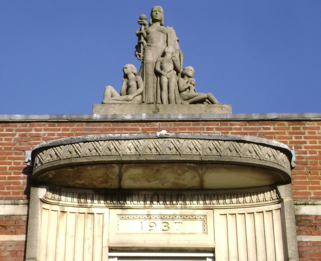 Walworth Clinic, Walworth Road – crowning sculpture