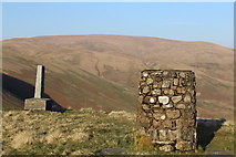 NT0612 : Covenanter memorial and view indicator above Devil's Beef Tub by Leslie Barrie