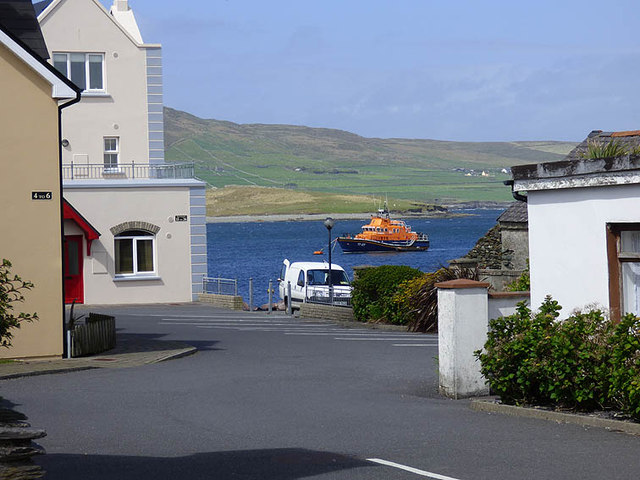 Knightstown, edge of the waterfront with lifeboat on mooring