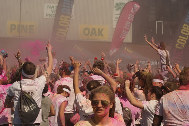 View of a small colour throw in front of the stage at the Colour Run #3