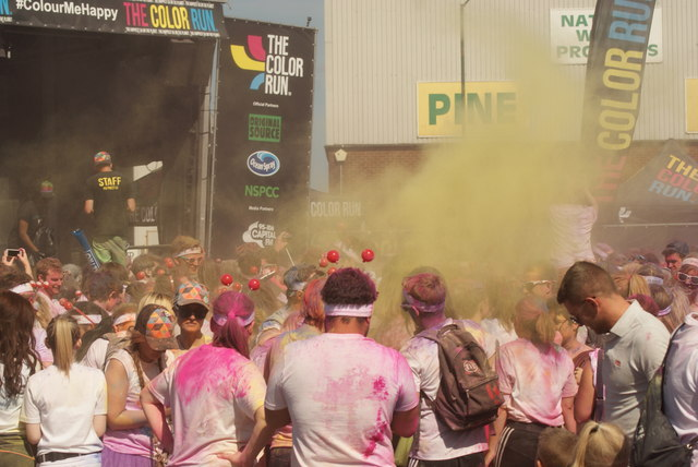 View of a small colour throw in front of the stage at the Colour Run #4