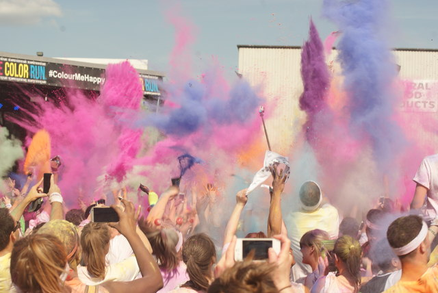 View of a fourth mass colour throw in front of the stage at the Colour Run