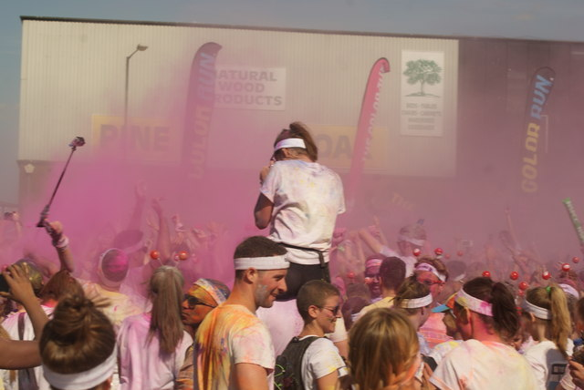 View of a small colour throw in front of the stage at the Colour Run #7