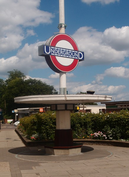 Pole-mounted roundel, Oakwood Station