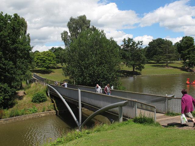 Queen's Park: lake, south bridge
