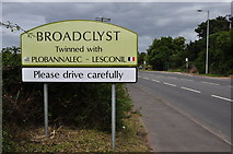 SX9896 : Broadclyst : The B3181 by Lewis Clarke