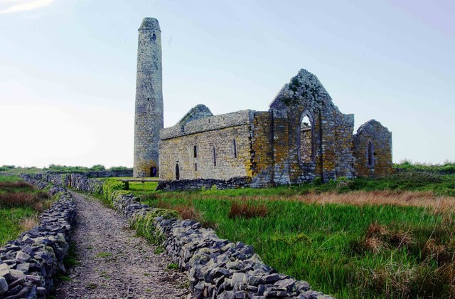 Scattery Island (Inis Cathaig), Co. Clare (11) - Teampall Naomh Mhuire Cathedral & Round Tower