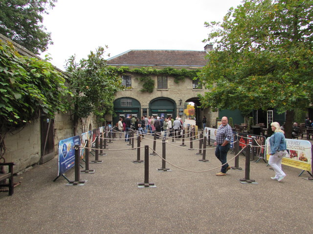Queue here for Warwick Castle entrance tickets