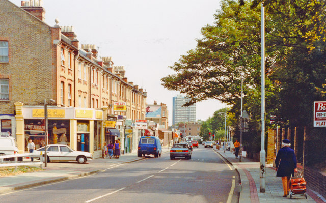 Wandsworth (Putney), 1990: eastward on Upper Richmond Road approaching West Hill