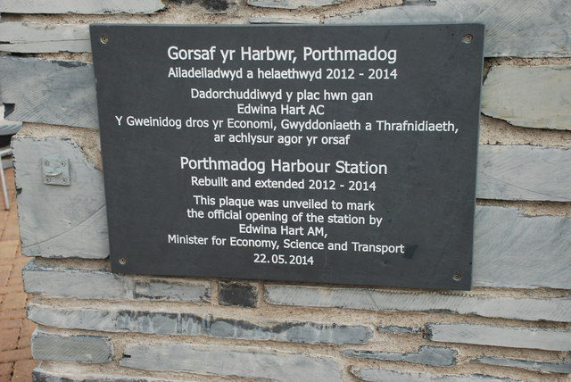 Plac i nodi ailagor yr orsaf - Plaque to mark the reopening of the station