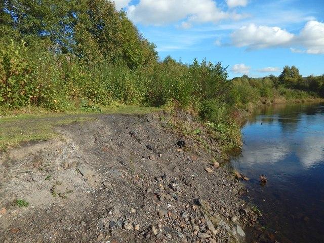 Dalquhurn Point: eroding embankment, with clinker