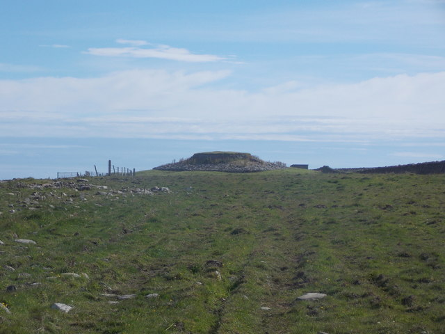 Sanday: approaching Quoyness cairn