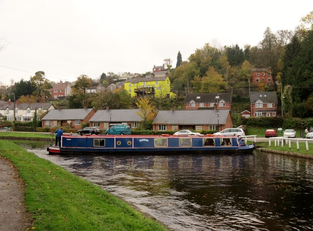 """Canal  boat  """"Tommy"""" turning  round  at  Froncysyllte"""