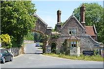 TQ5243 : Gateway & Gatehouse, Penshurst Place by N Chadwick