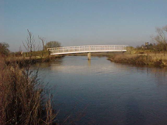 Hemingford Bridge crosses the River Tame