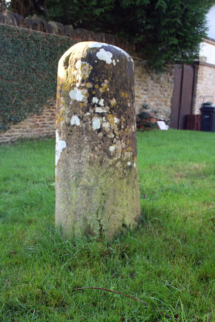 Milestone beside Abingdon Road