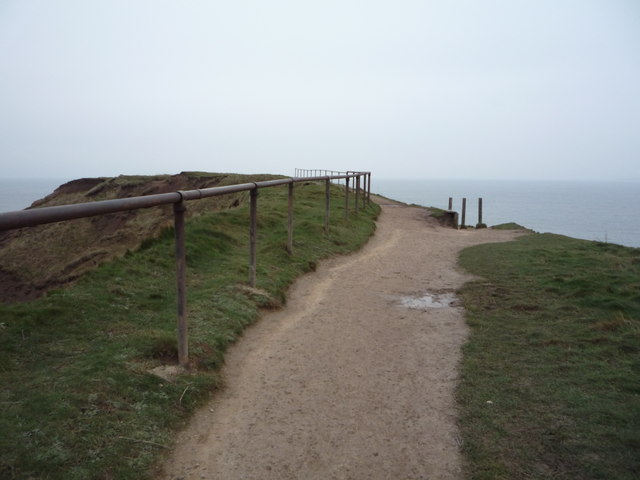 Nearing the footpath junction on Carr Naze
