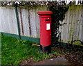 ST7076 : Queen Elizabeth II pillarbox, Oaktree Avenue, Pucklechurch by Jaggery