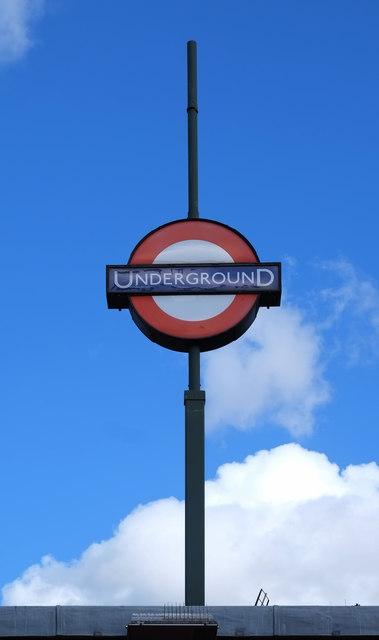 London Underground roundel, Golders Green