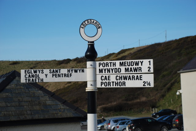 Arwyddbost yng nghanol y pentref - Signpost in the centre of the village